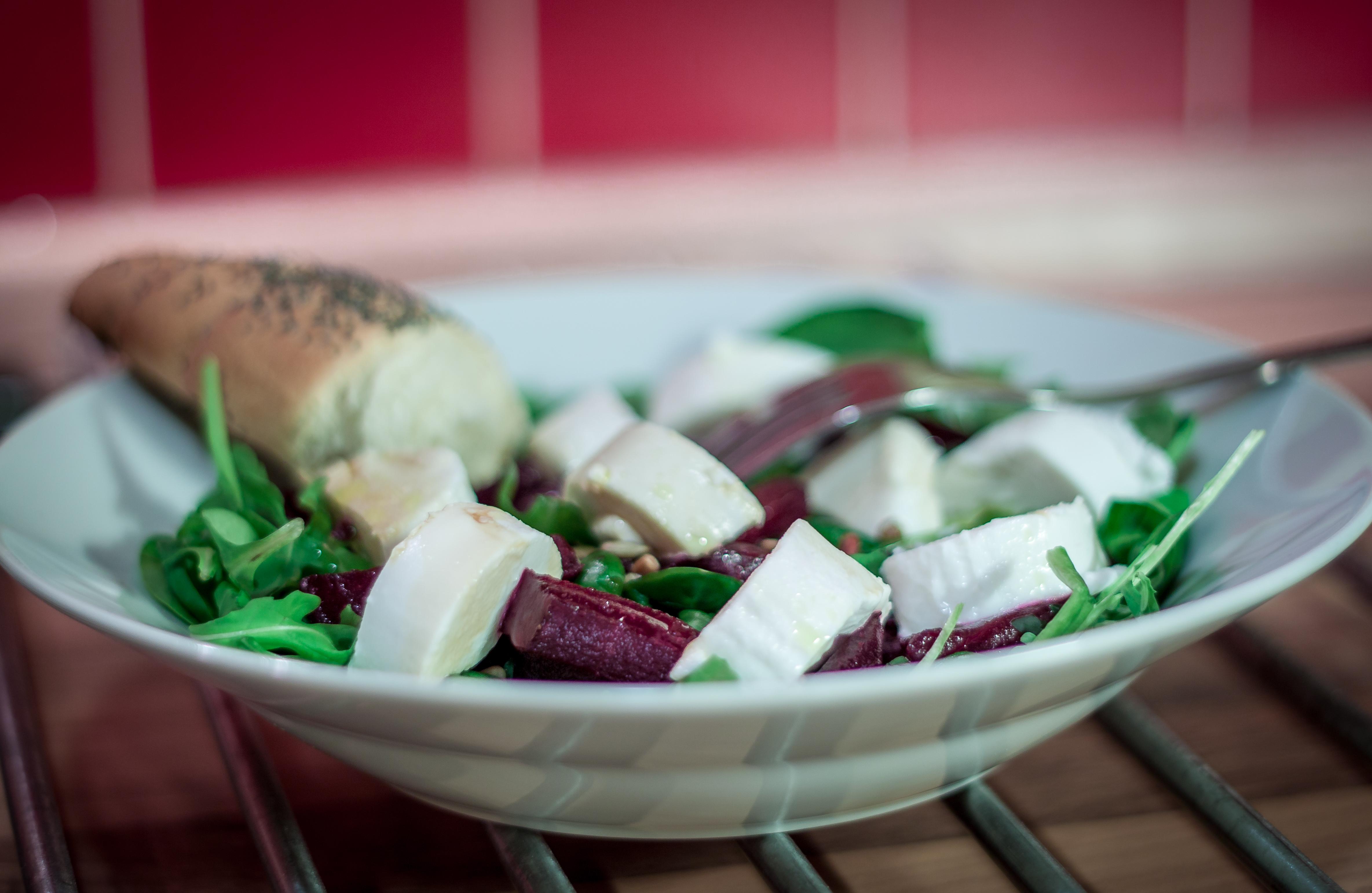 Lehký salát s červenou řepou a kozím sýrem