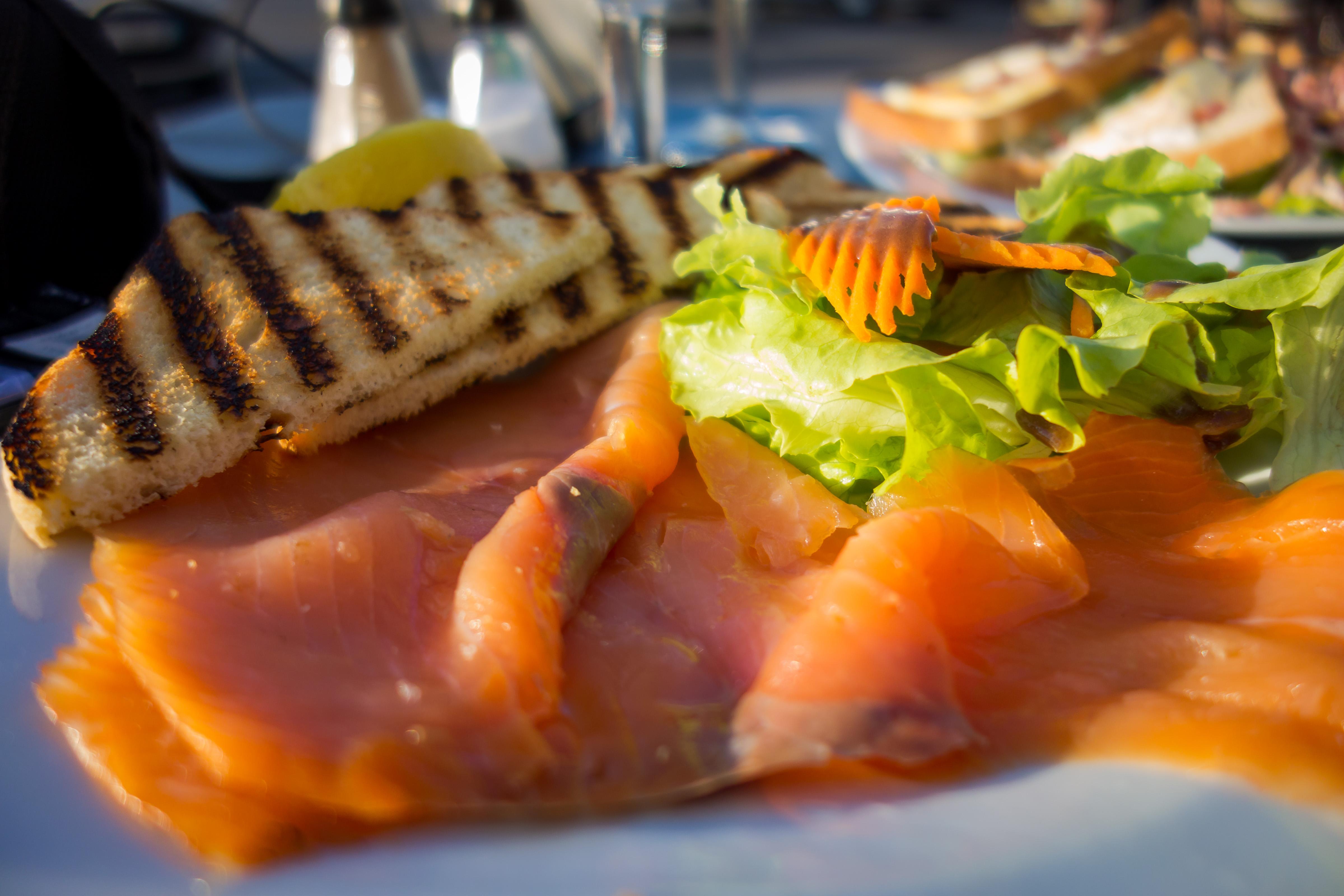 Ještě ve Francii v Calais si dáváme v příjemné restauraci kousek od přístavu spoustu dobrot. Já volím předkrm ve formě marinovaného lososa, něco podobného si dodávám doma. Je to francouzské? Asi ne. Je to dobře? Jistě.