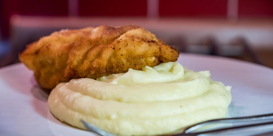 Kuřecé řízek s exkluzivní bramborovou kaší se smetanou a cibulkou