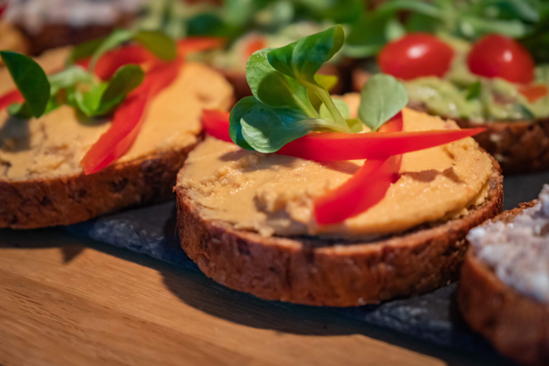 Chlebíček s Humusem ochuceným sušenými rajčaty, paprika a na ozdobu polníček