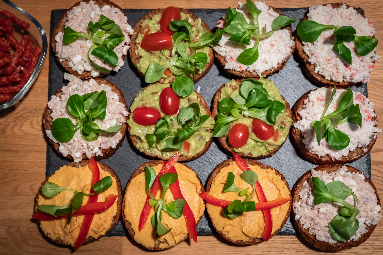 Všechny chlebíčky pohromadě, i když nás bylo 5, tak jsme je všechny nesnědli. Prostě dietáři (... dietáři všech zemí spojte se ...)