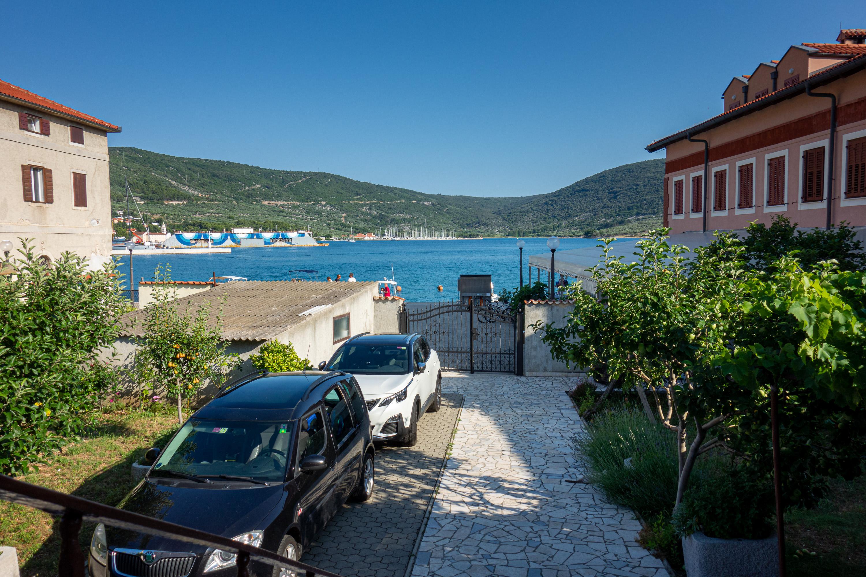 Pohled z našeho domečku na moře. Městečko Cres na ostrově Cres.
