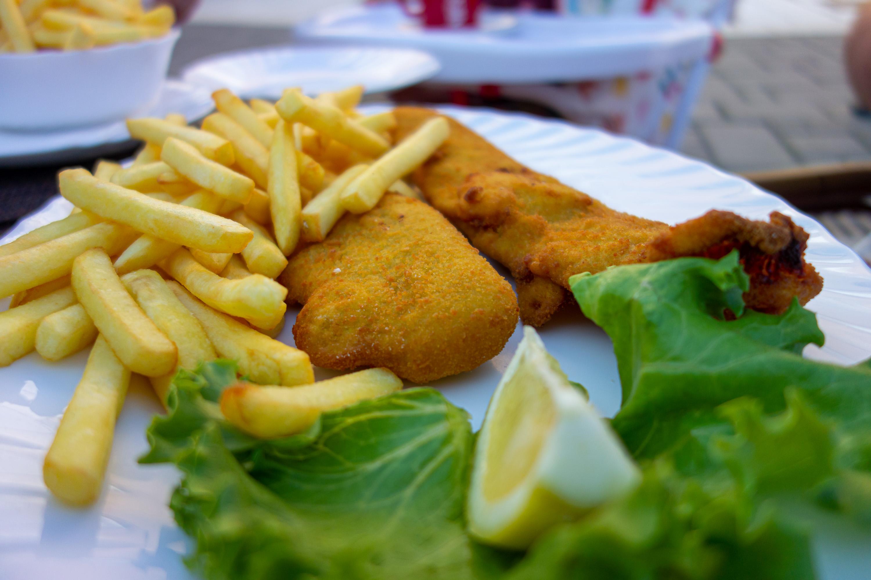 Smažená ryba v trojobalu a i v Chorvatsku tak oblíbené hranolky