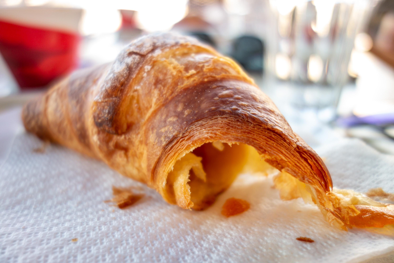 Croissant k snídani je naprosto báječný a v restauraci či kavárně vám jej přinesou teplý.