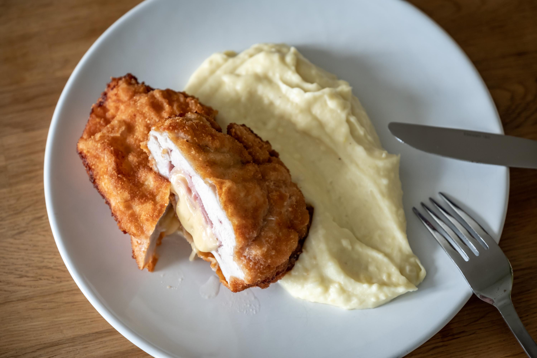 Kuřecí Cordon bleu s exkluzivní bramborovou kaší se smetanou a cibulkou