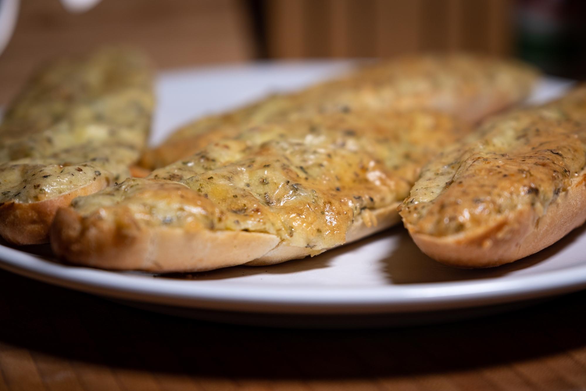 Zapečený rohlík s vejcem a sýrem