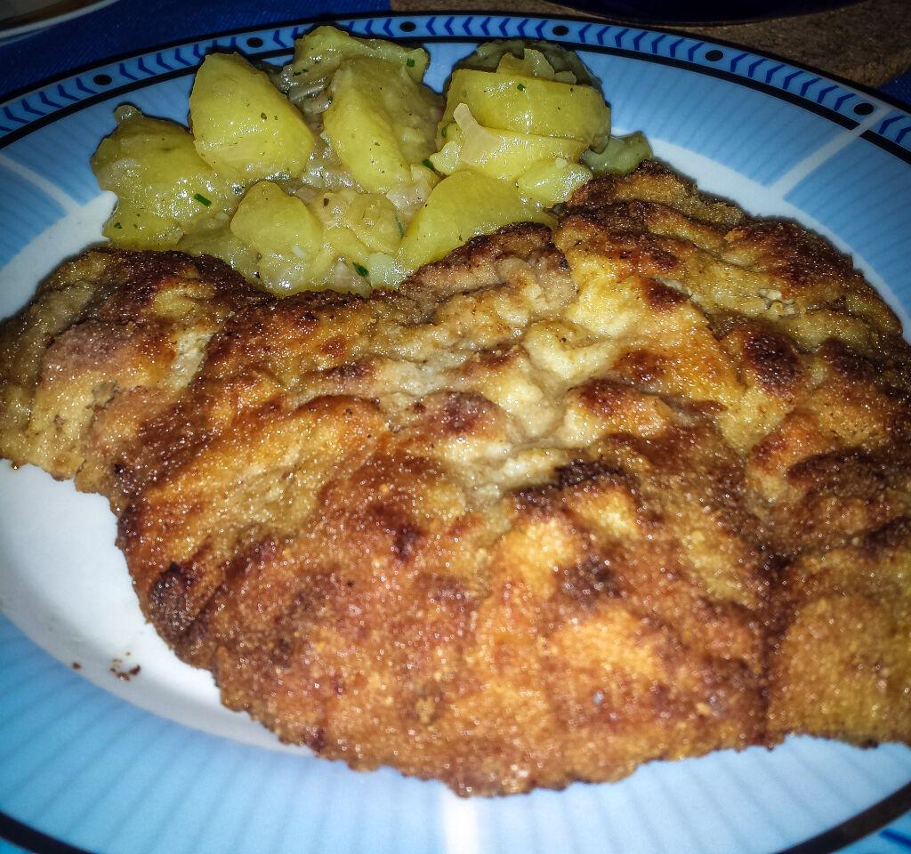 Vídeňský řízek s vídeňským bramborovým salátem