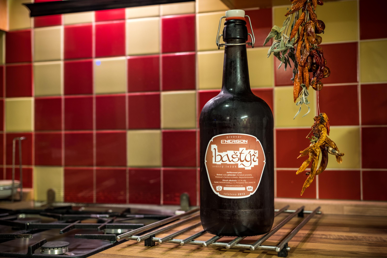 2 litrová láhev a v ní 12ti ° zlatavý mok pivo baštýř