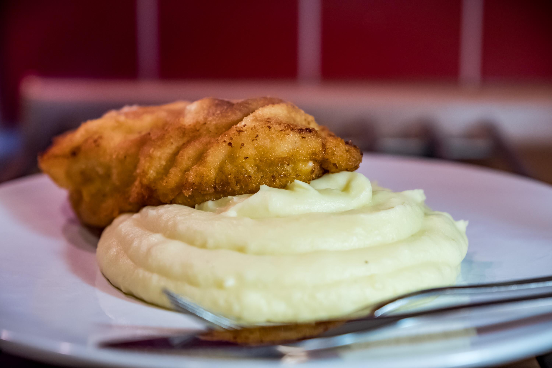 Kuřecí řízek s exkluzivní bramborovou kaší se smetanou a cibulkou