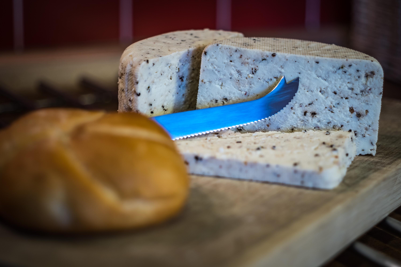 Čerstvý sýr sýřený citrónovou šťávou nebo octem