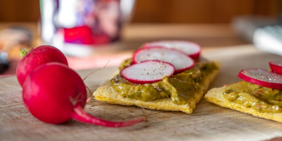 Zdravá snídaně s Guacamole a ředkvičkami