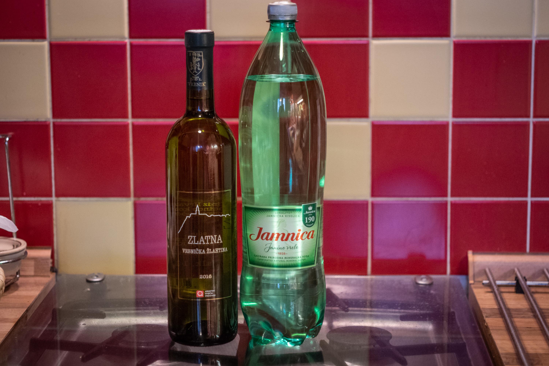 Víno Žlahtina a minerálka Jamnica. Tohle vám stačí na přípravu Gemištu.