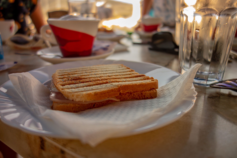 Pokud nemáte chuť na nic sladkého, tak si k snídani můžete dát například zapečený toast.