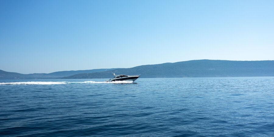 Plavba kolem ostrova na motorovém člunu, to se vyplatí.