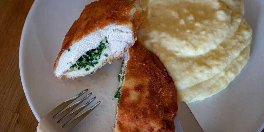 Kyjevský kuřecí řízek s exkluzivní bramborovou kaší se smetanou a cibulkou