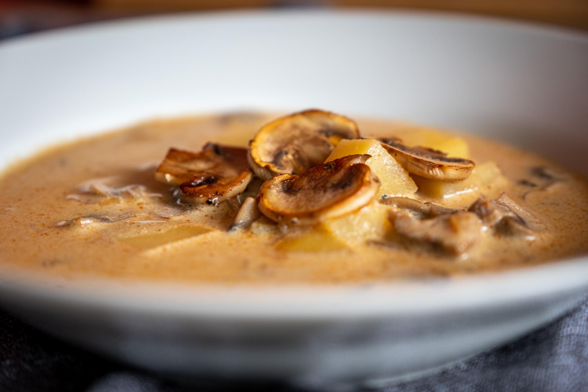 Žampiónová polévka se smetanou a paprikou