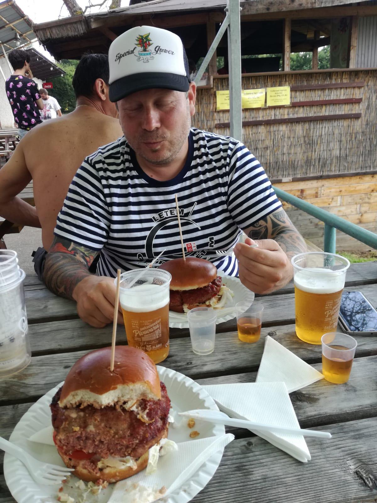 Nová Rabyně, burger, pivo, rum