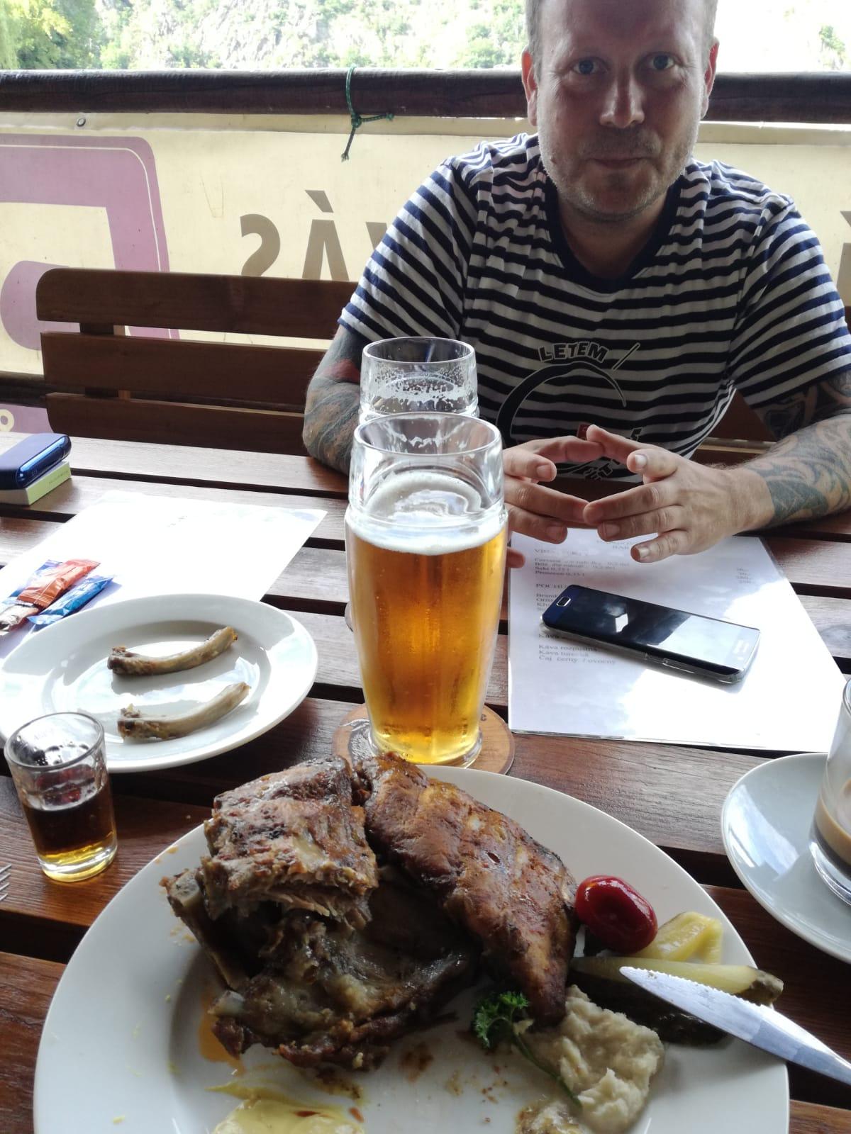Oboz 59, jídlo na baru. Jára si dal žebra a prý nebyly zlé.