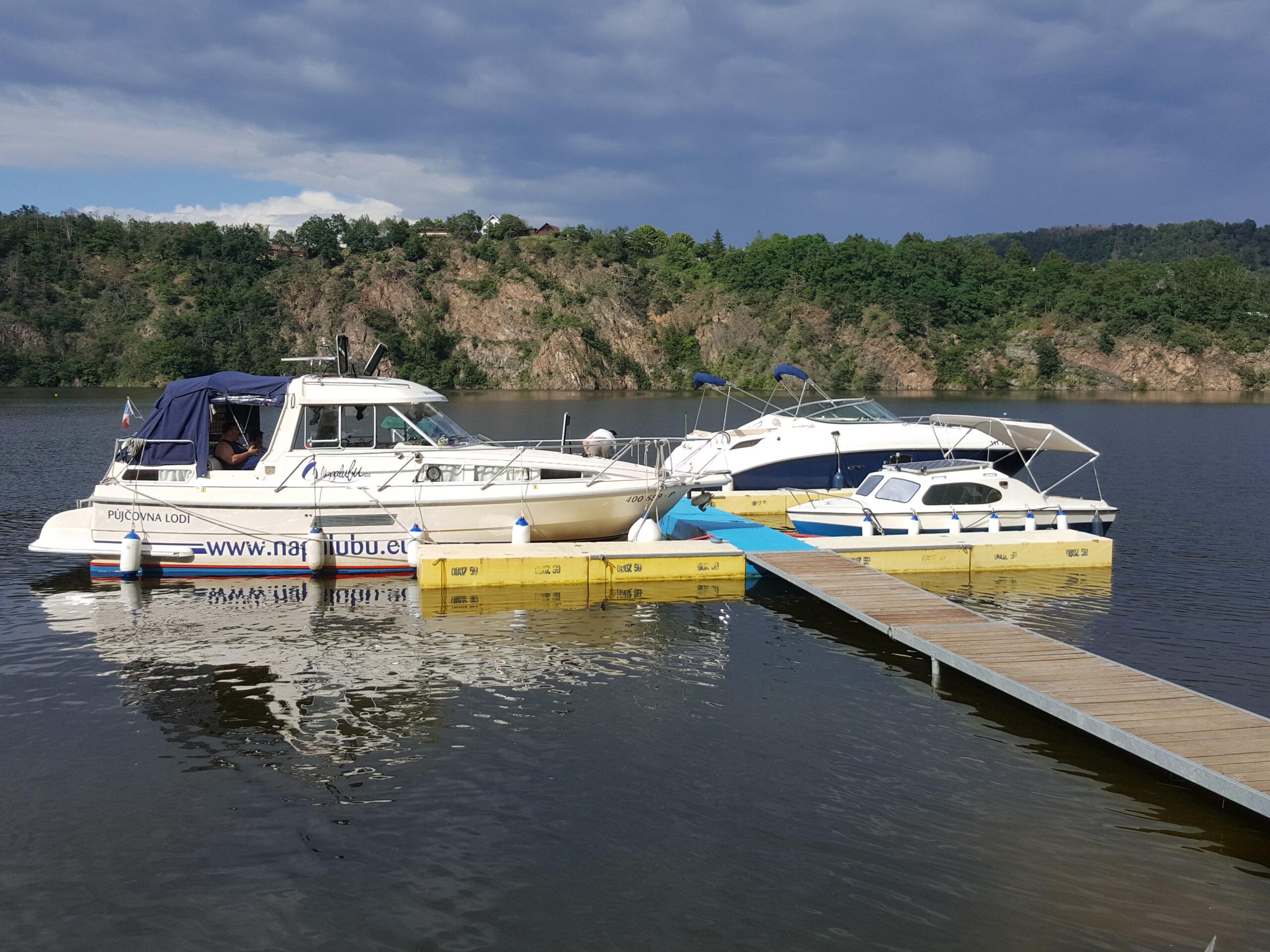 Kotvení lodí u mola na Oboz 59, ta nejmenší lodička je ta naše :-). (Foto: Pavel Kratochvíl)
