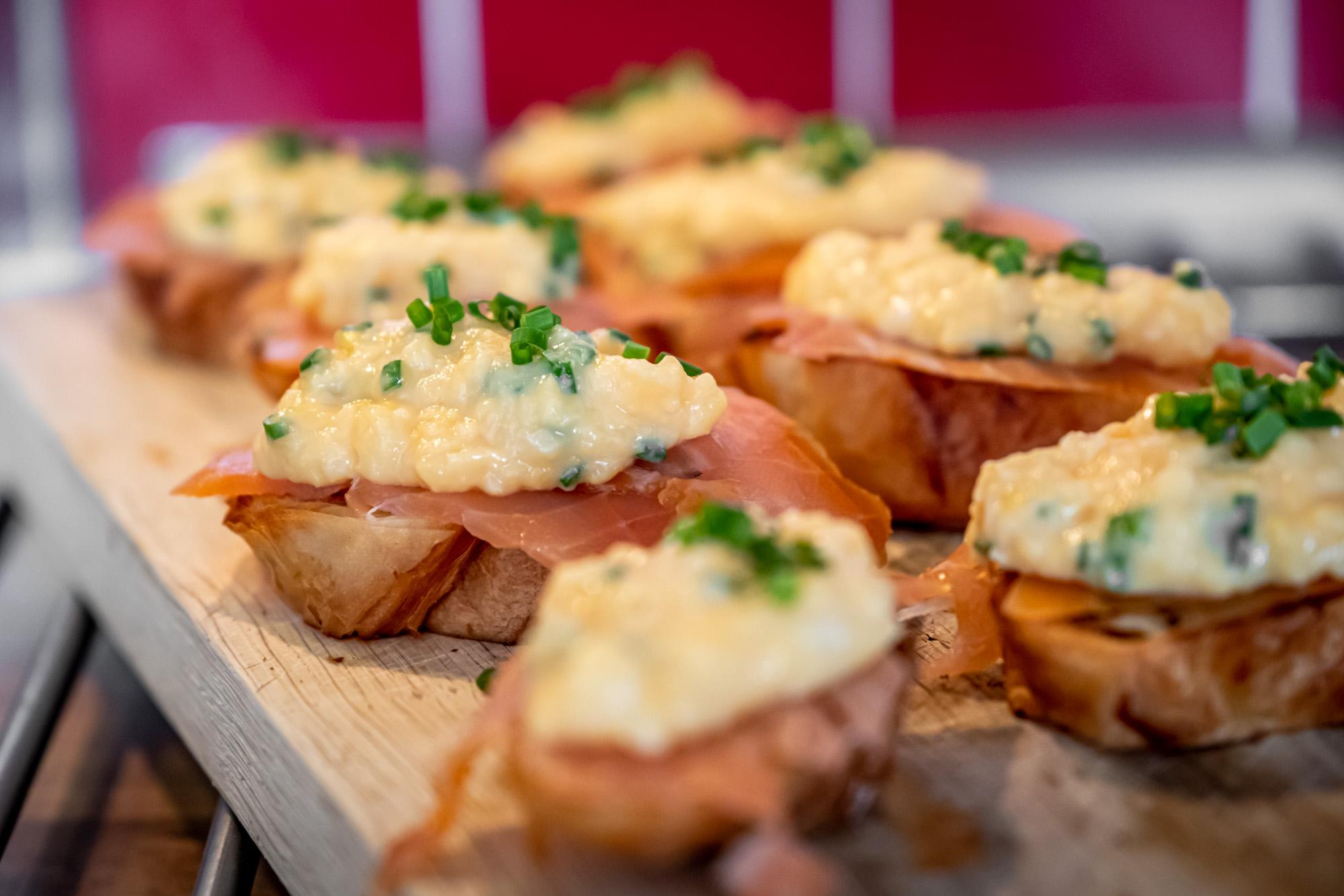 Uzený losos s vejci a croissantem