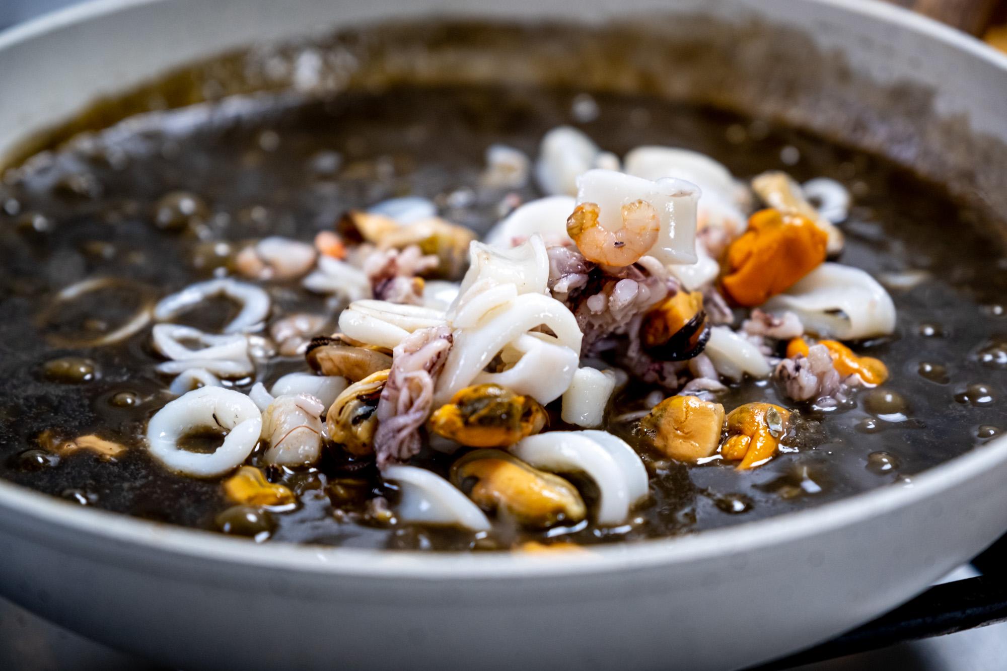 Mořské plody přidané do risotta