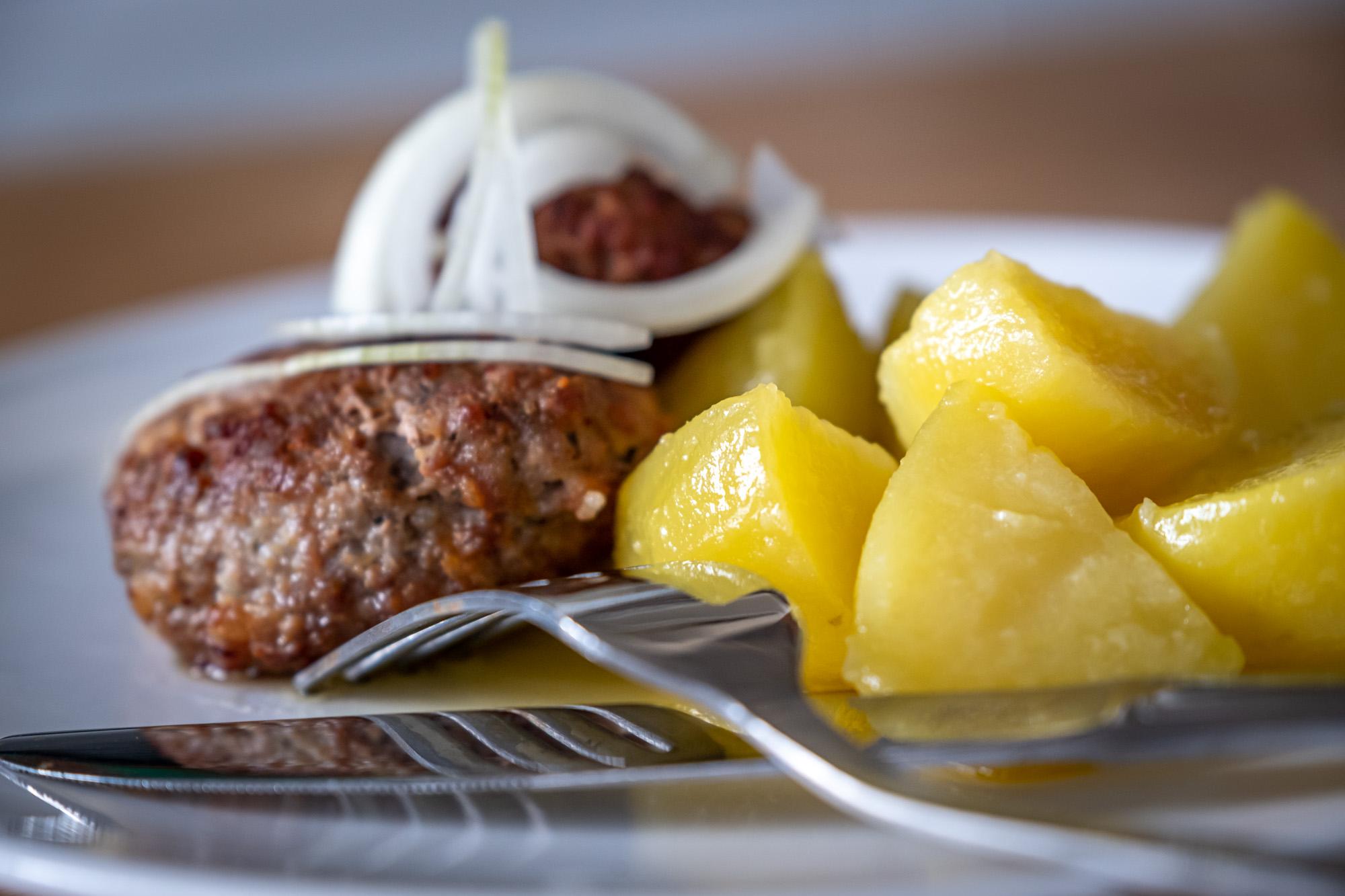 Vepřové karbanátky s vařenými brambory