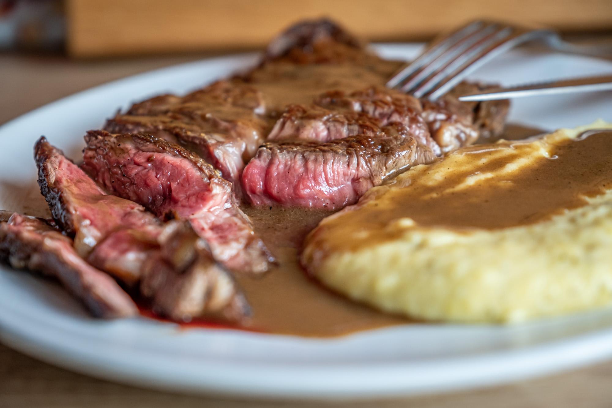 Steak z vysokého roštěnce a základní máslovou omáčkou