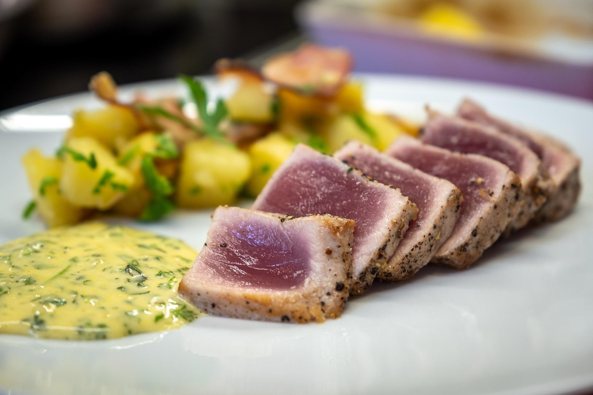 Steak z tuňáka s omáčkou Bernaise, pekařské brambory